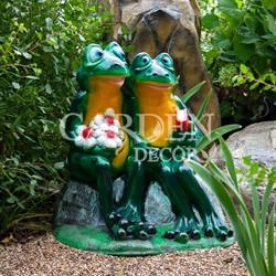 Садовая фигура Влюбленные лягушки на камне